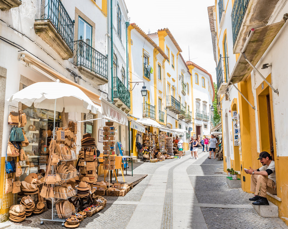 Đường phố sạch đẹp ở thành phố bảo tàng Evora