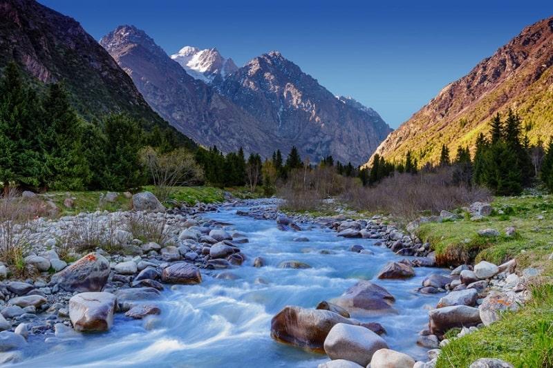 Địa hình của Kyrgyzstan được xây dựng với các dãy núi tương đối trẻ