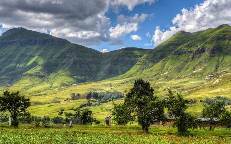 Ở Lesotho, các dãy núi chạy từ Bắc vào Nam và giảm dần về phía Tâ