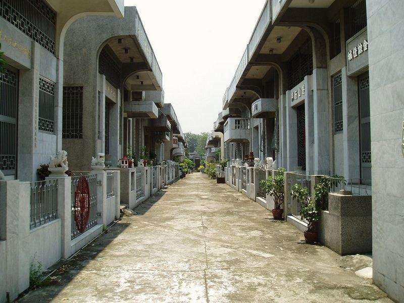 Nghĩa trang được xây dựng từ thế kỉ XIX bởi cộng đồng người Hoa