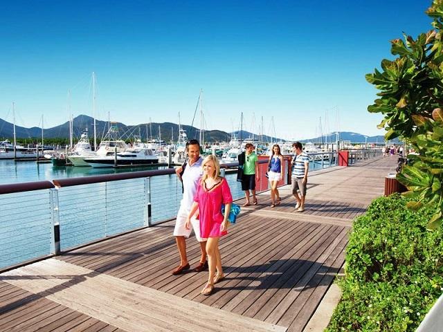 Tản bộ Cairns Esplanade ngắm nhìn những con thuyền neo nơi bến cảng