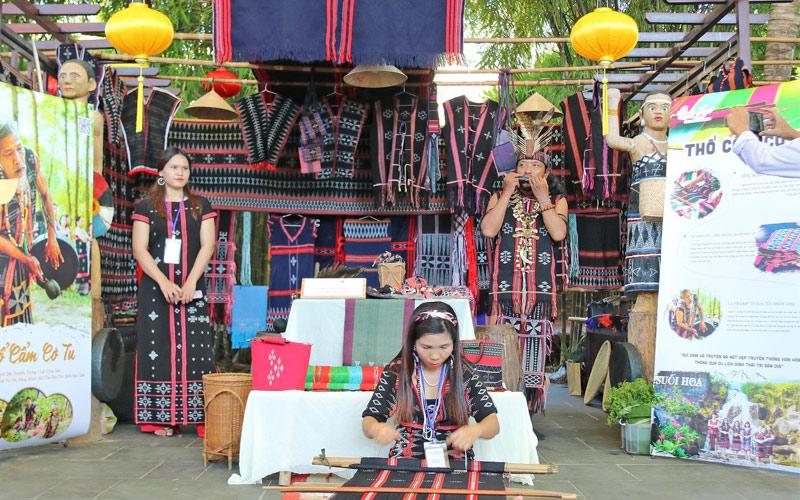 Festival Văn hóa tơ lụa thổ cẩm Việt Nam - Thế giới chính thức khai mạc