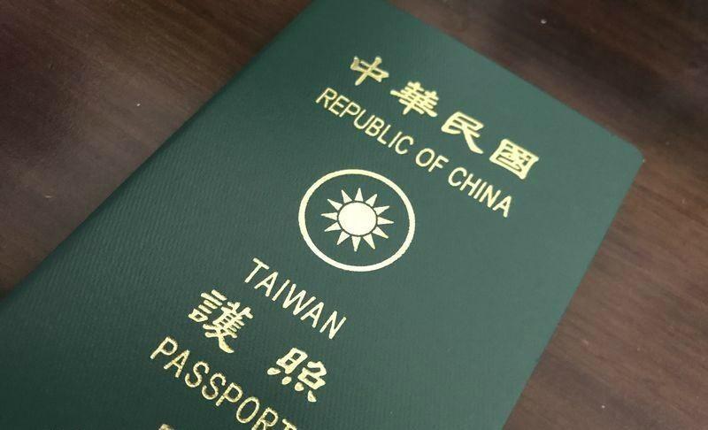 Tự đóng dấu Hello Kitty vào hộ chiếu, nữ du khách bị từ chối bay