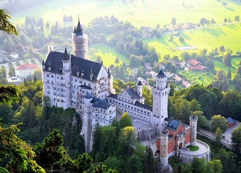 Quang cảnh đẹp đẽ xung quanh lâu đài