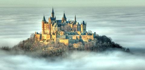 Nhìn từ xa Hohenzollern giống như cung điện trên thiên đường