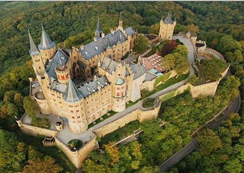 Con đường quanh co dẫn lối lên lâu đài ở Đức