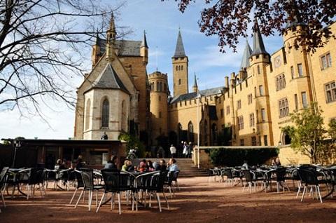 Cà phê ngoài trời trước lâu đài Hohenzollern