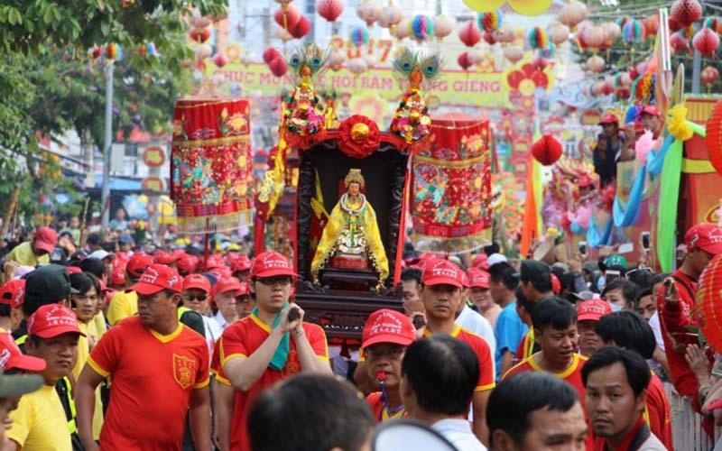 Tháng Giêng đi lễ hội chùa Bà