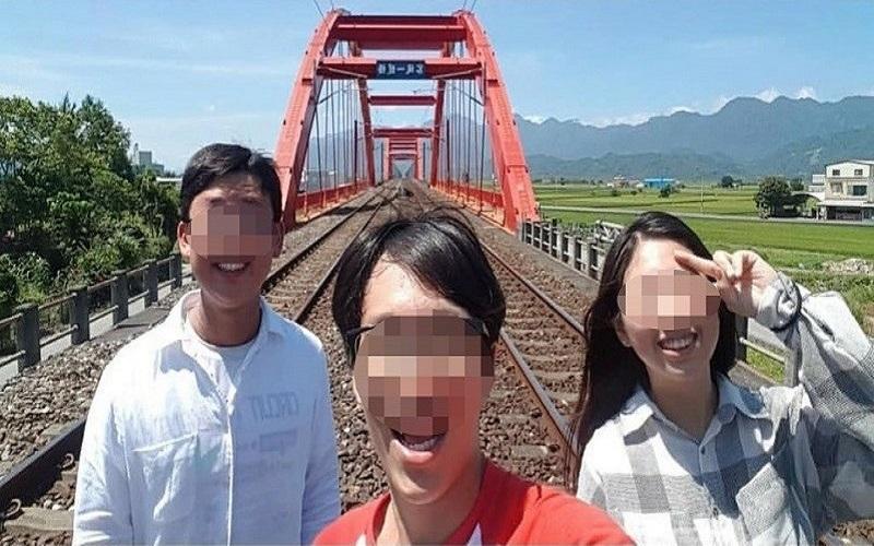 Du khách bị chỉ trích vì chụp ảnh trên cầu đường sắt