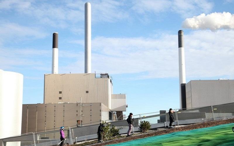 """Khám phá dốc """"Trượt tuyết"""" trên nóc nhà máy xử lý chất thải tại Copenhagen"""