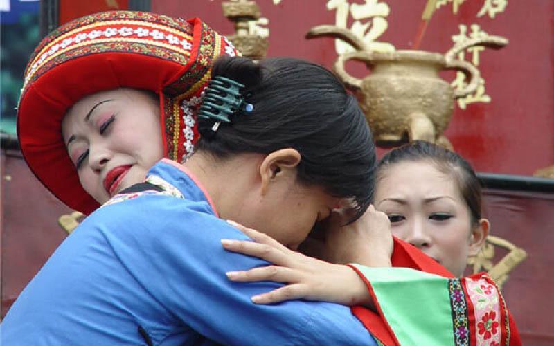 """Tập tục """"khóc gả"""" của cô gái Thổ Gia Trung Quốc trong ngày cưới của mình"""
