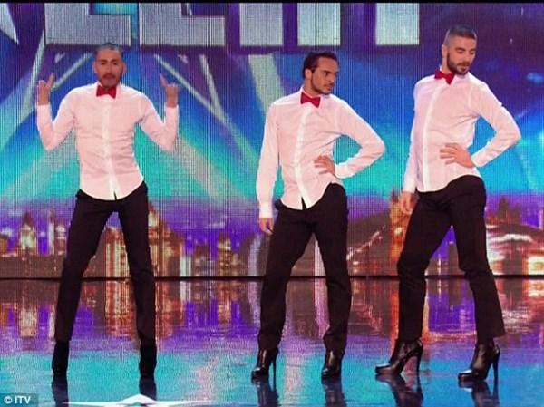Thú vị 3 chàng trai nhảy bằng giày cao gót cực điêu luyện
