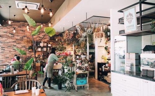 Đến Singapore, nhất định phải ghé 5 quán cà phê phủ đầy cỏ hoa này