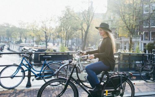 Muôn kiểu check in nghìn like với xe đạp tại Amsterdam