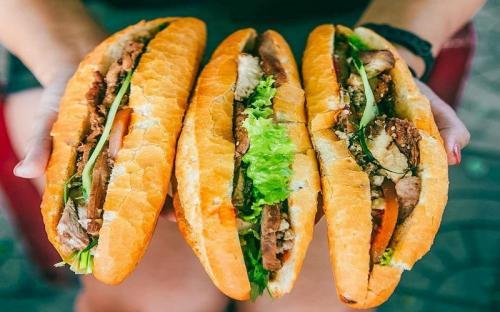 Báo Tây điểm danh những hàng bánh mì hút khách ở Hội An