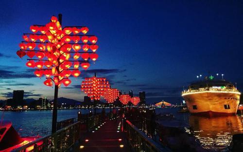 Đêm về trên cây cầu Tình Yêu ở Đà Nẵng