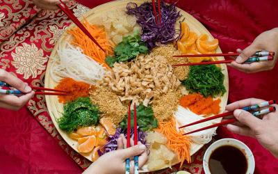 Gỏi cá thịnh vượng - món ăn may mắn của người Singapore đầu xuân năm mới