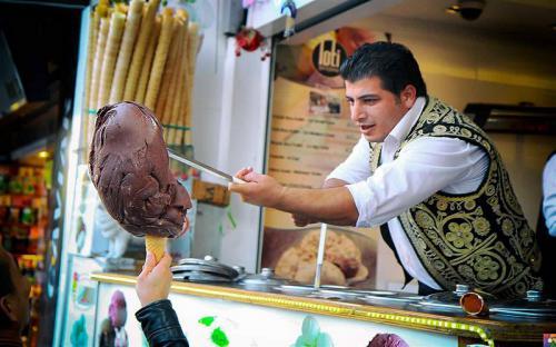 Thưởng thức món kem truyền thống của Thổ Nhĩ Kỳ phải dùng dao để bổ