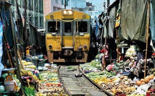Đến Maeklong trải nghiệm đi chợ cảm giác mạnh