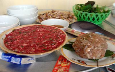 Độc đáo mâm cỗ thịt sống ở Thái Bình