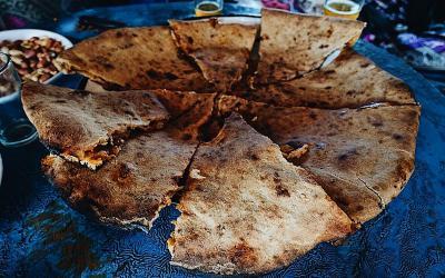 Người Ma-rốc nướng pizza bằng…cát