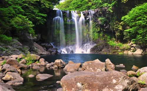 Không thể bỏ qua cơ hội chiêm ngưỡng thác nước Cheonjiyeon