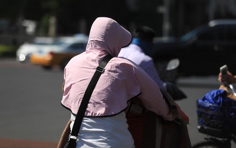 Người dân Bắc Kinh mệt mỏi trước nắng nóng đầu mùa