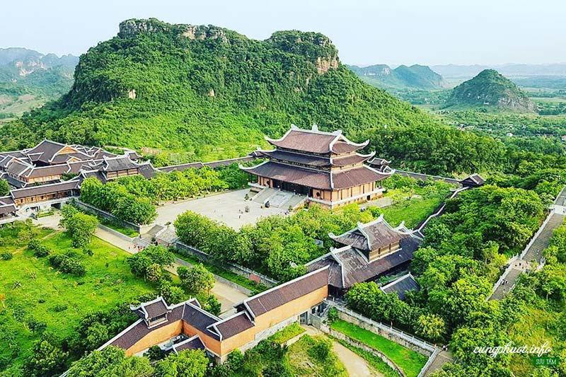 Leo bộ và nhìn toàn cảnh ngôi chùa từ trên cao