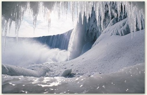nhủ băng ở phía sau  thác Niagara