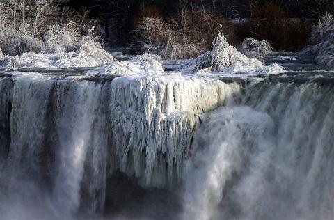 Đa số khách du lịch lầm tưởng rằng ngọn thác đã ngừng chảy vì bề mặt đóng băng
