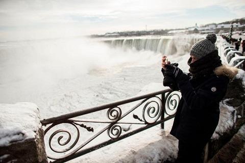 du khách thích thú chụp ảnh thác Niagara