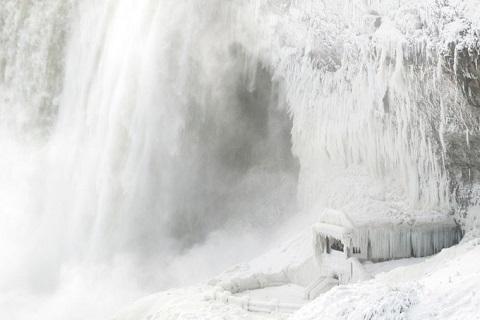 thác Niagara phủ màu trắng xóa của băng tuyết