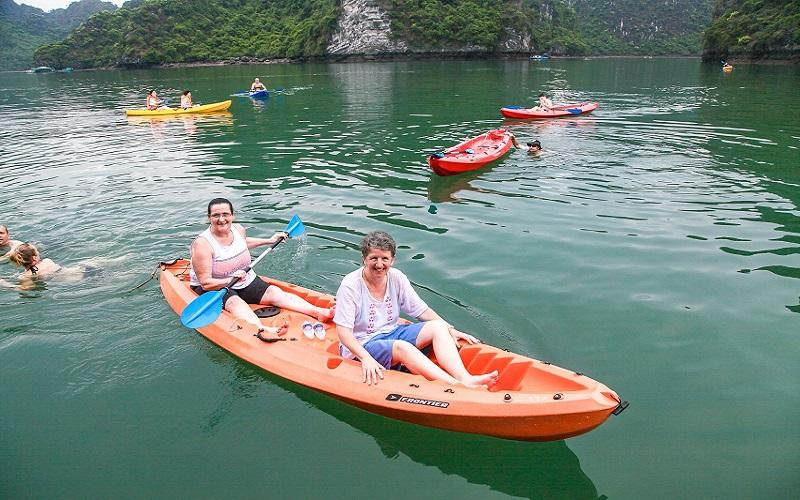 Hai nữ du khách chèo thuyền kayak trên vịnh Lan Hạ