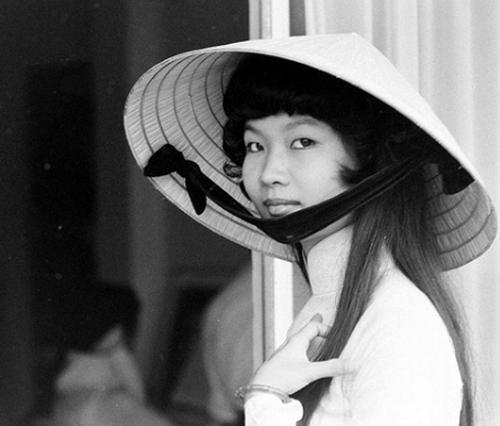 Phụ nữ Việt xưa trong tà áo dài
