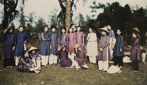 Phụ nữ Việt xưa trong tà áo dài9