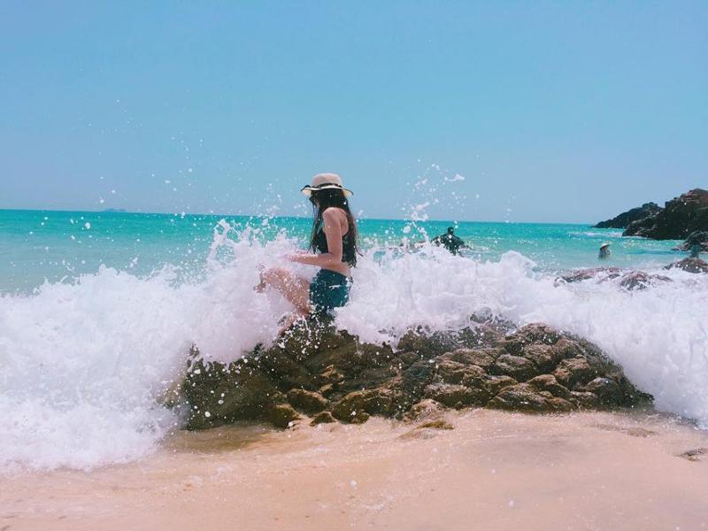 Song vỗ nước biển trắng xóa