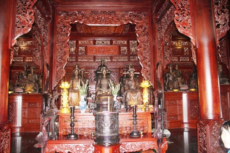 Bên trong Nam Phương Linh Từ thờ rất nhiều vị danh nhân bằng tượng đồng