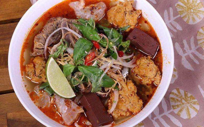 Bún bò Huế là một món ăn du nhập vào Đà Nẵng từ lâu và trở thành một phần không thể thiếu trong nền ẩm thực xứ Đà