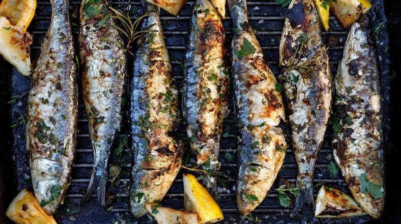 Theo truyền thống, bạn nên ăn sardinhas assadas bằng tay của bạn