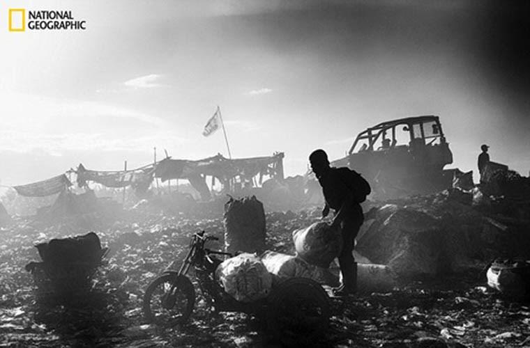 Hình ảnh lam lũ của một người đàn ông thu gom rác
