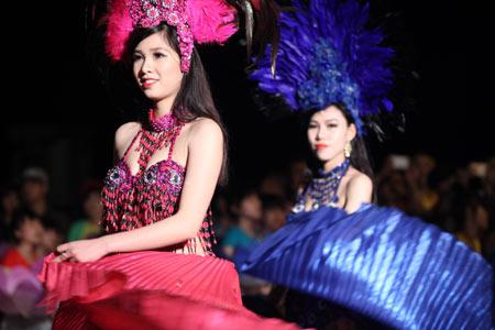 Những bóng hồng nóng bỏng tại Carnival Hạ Long3