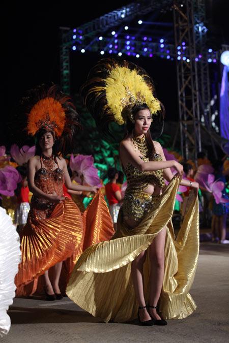Những bóng hồng nóng bỏng tại Carnival Hạ Long6
