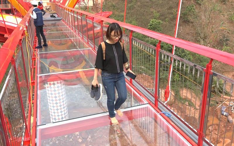Cận cảnh cây cầu kính tình yêu trước ngày khánh thành ở Sơn La