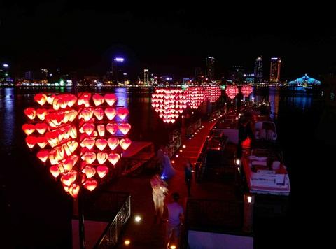 Những trái tim được thắp sáng ở cầu Tình Yêu khi màn đêm buông xuống