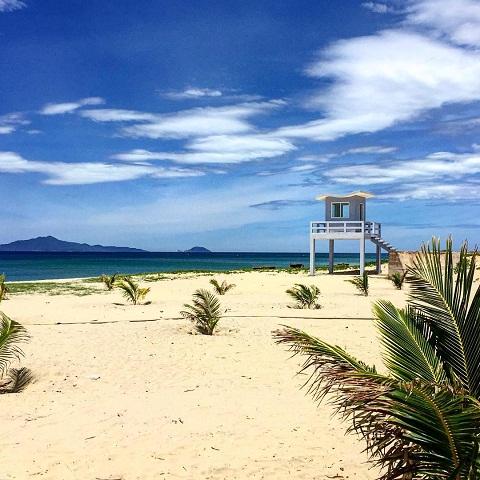 Cát trắng, biển xanh, bãi biển Hà My mang sức hút quyến rũ