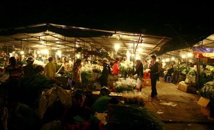Đêm rực rỡ ở chợ hoa Hà Nội