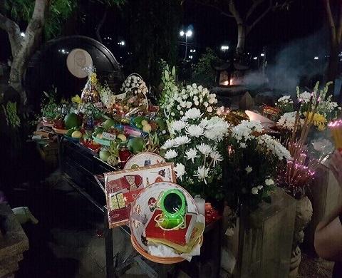 Trên mộ Võ Thị Sáu bày biện đủ đồ cúng