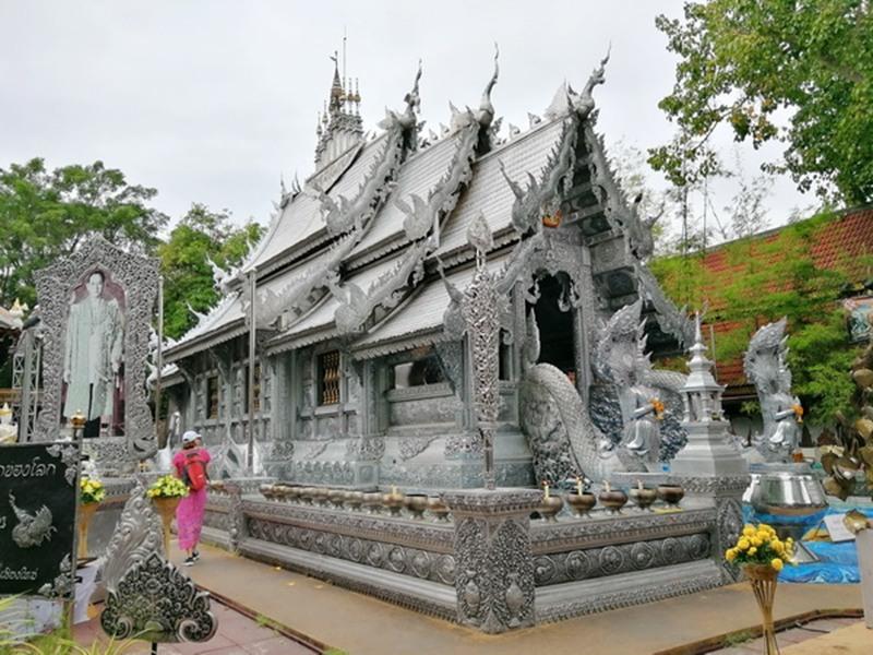Phụ nữ không được vào chính điện của chùa