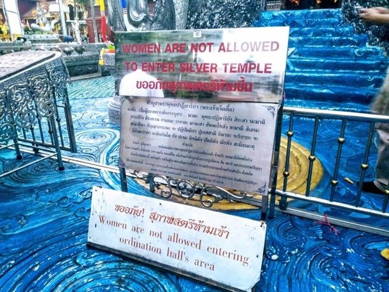 Biển báo cấm phụ nữ vào chính điện