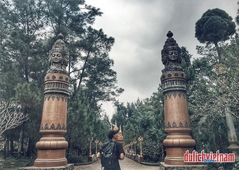 Cổng vào chùa Thiền Lâm